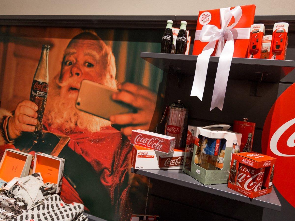 Der Coca Cola-Weihnachtstruck und ein Pop-Up-Store versüßen in Wien die Vorweihnachtszeit.