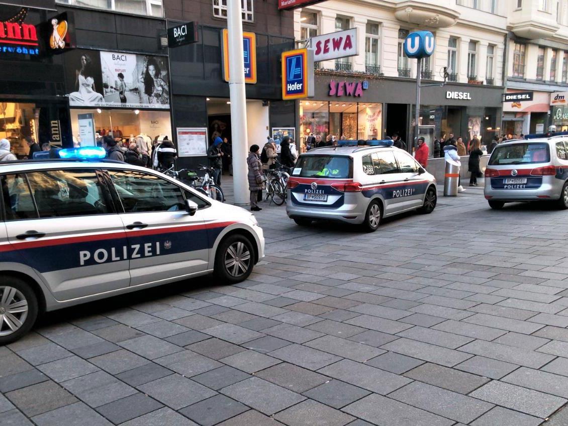 Mehrere Streifenwagen fanden sich rasch auf der Mariahilfer Straße ein