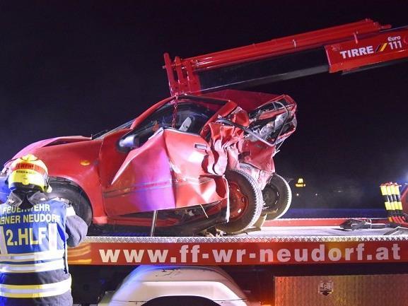 Der Kleinwagen wurde durch den Aufprall stark deformiert.