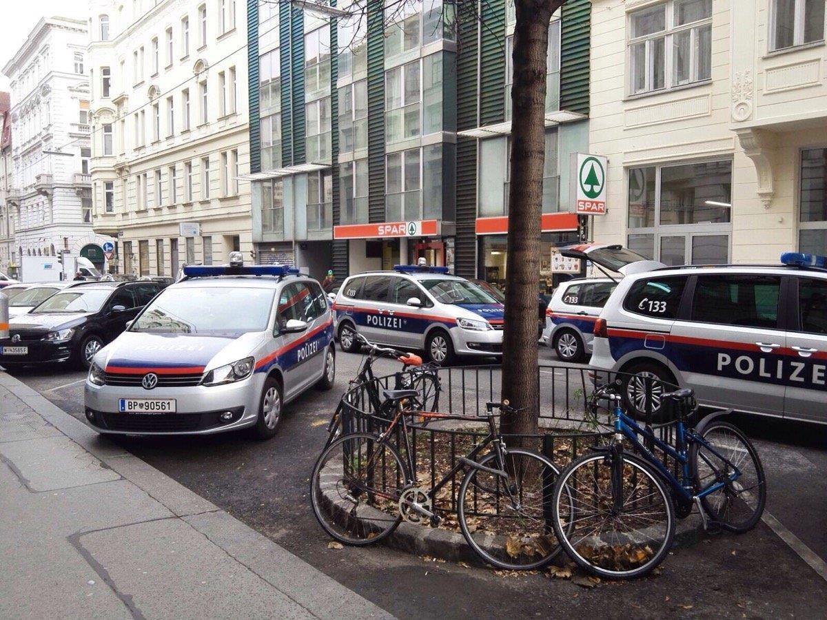 Ein größeres Polizeiaufgebot versammelte sich vor der Schule in Neubau