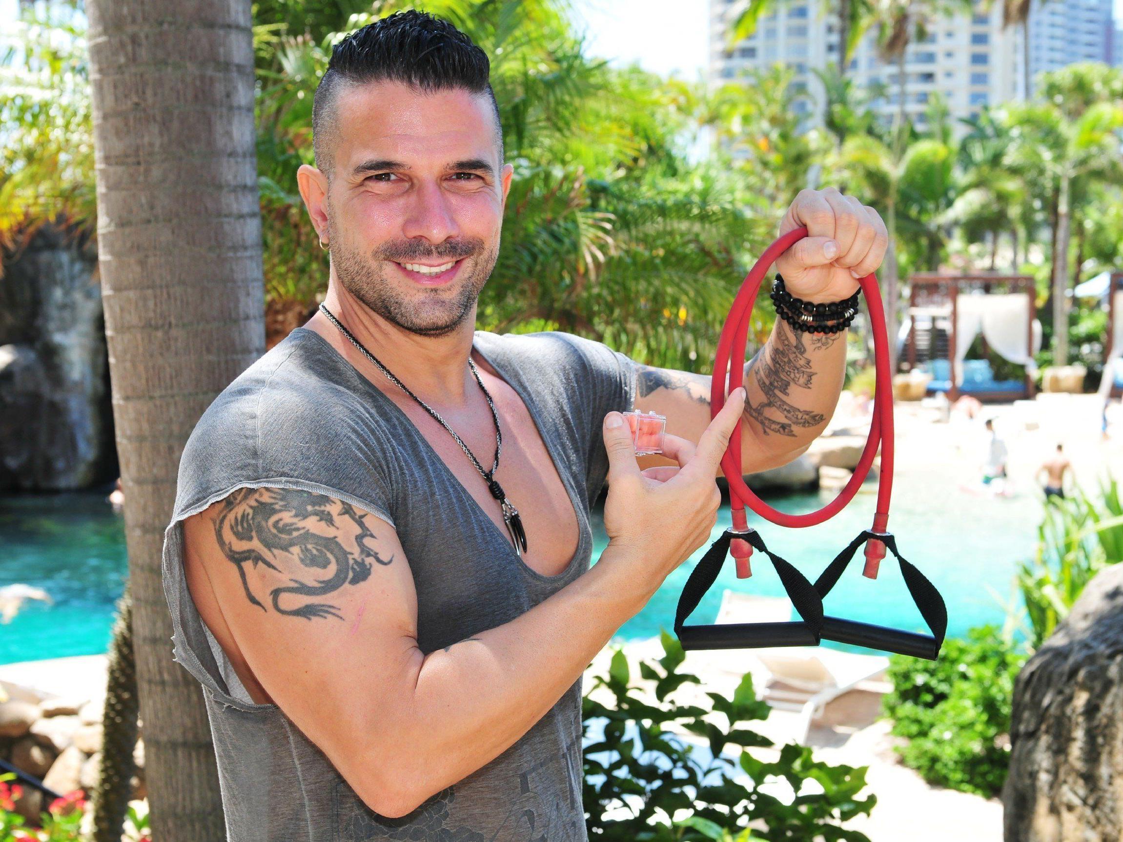 Marc Terenzi setzt im Dschungelcamp auf Fitnessbänder und Ohrstöpsel.