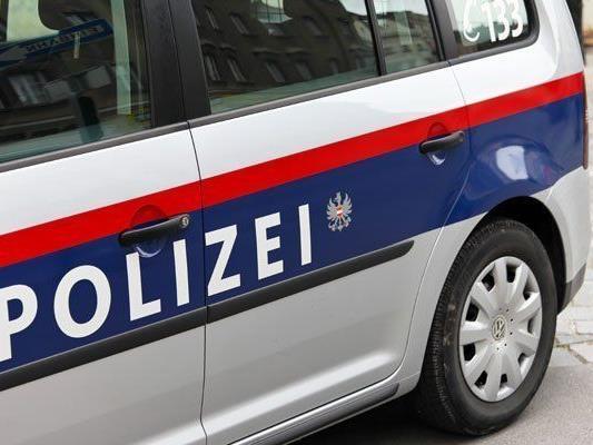 Die Polizisten fanden in Favoriten einen Mann mit einer Stichverletzung.