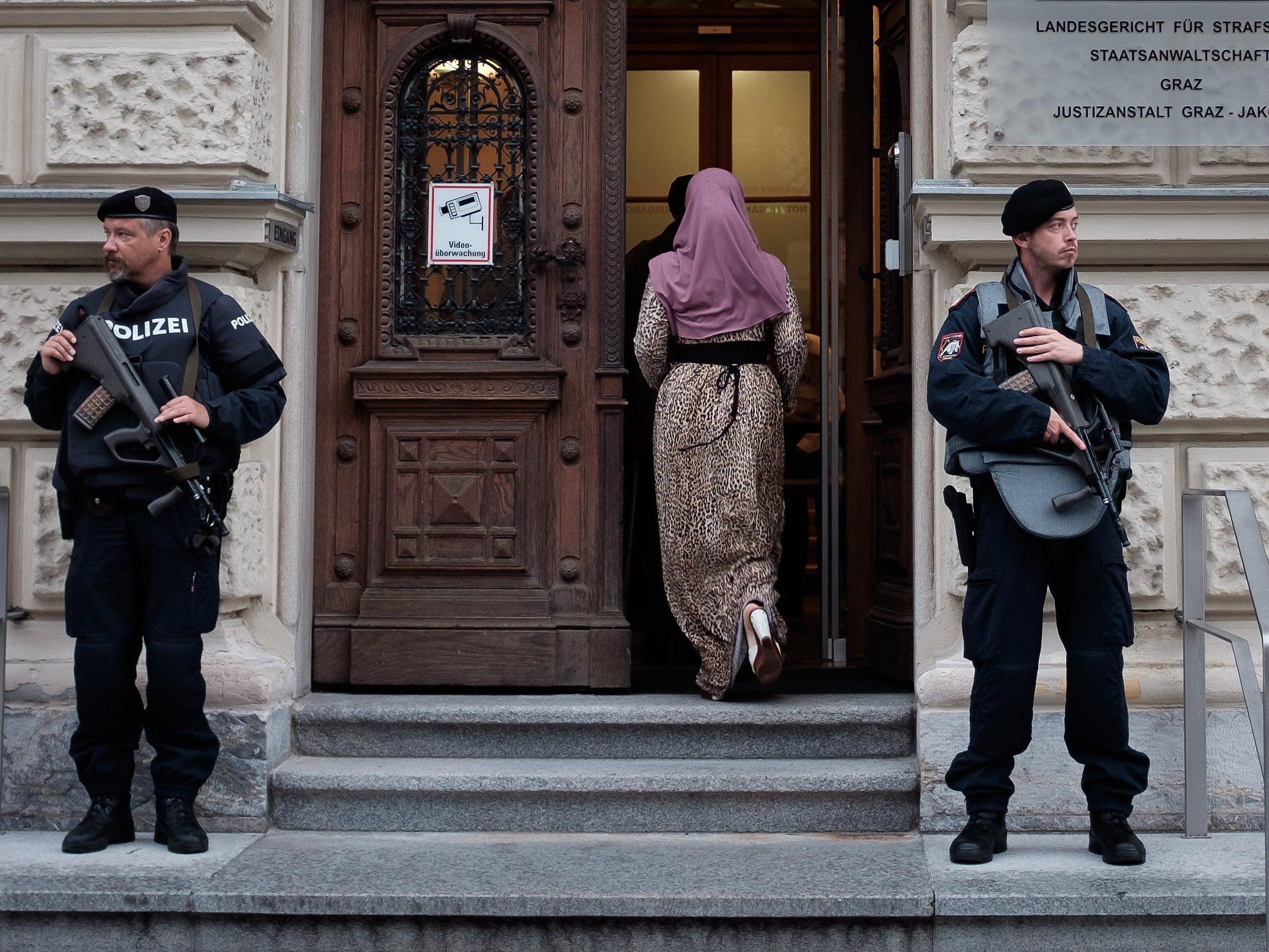 Jihadismus-Prozess: Polizisten vor dem Straflandesgricht in Graz.