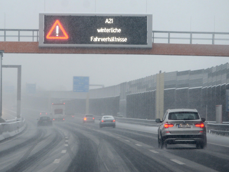 Die winterlichen Bedingungen machten Auto- und Lkw-Fahrern zu schaffen.