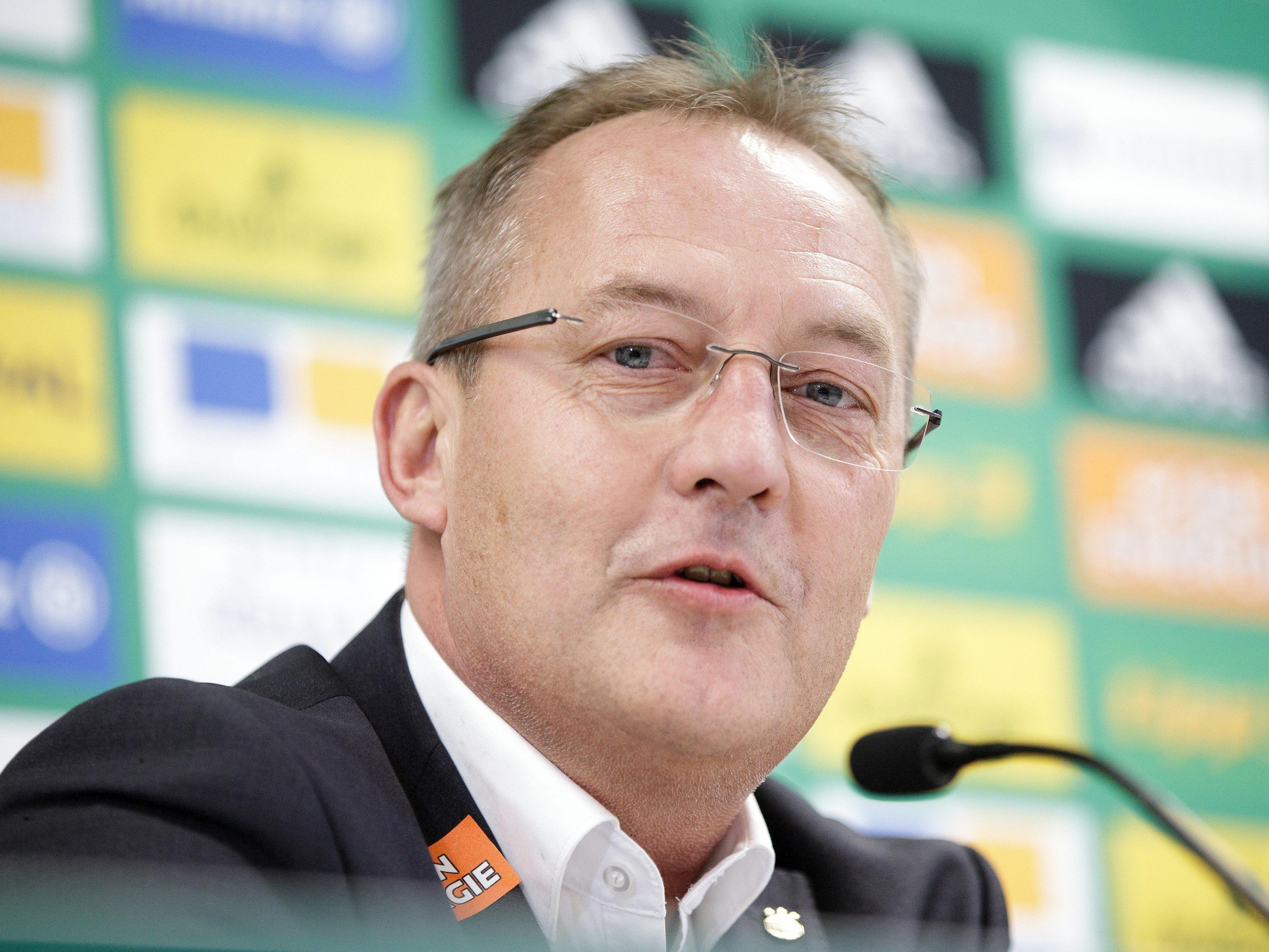 Rapid-Sportchef Fredy Bickel gibt Maximilian Entrup vorläufig an St. Pölten ab.