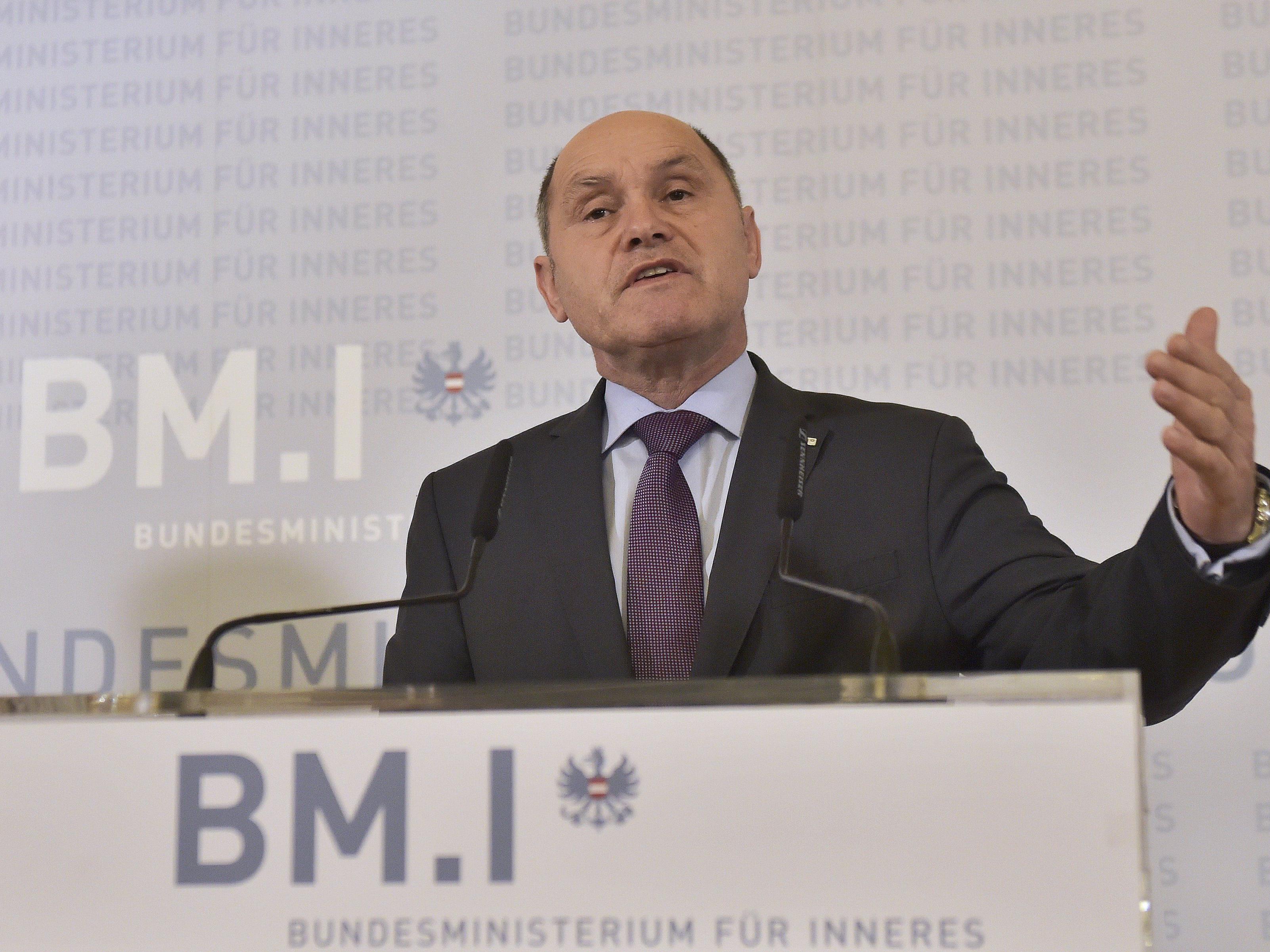 Innenminister Wolfgang Sobotka sprach über die Anti-Terror-Razzien in Graz und Wien.