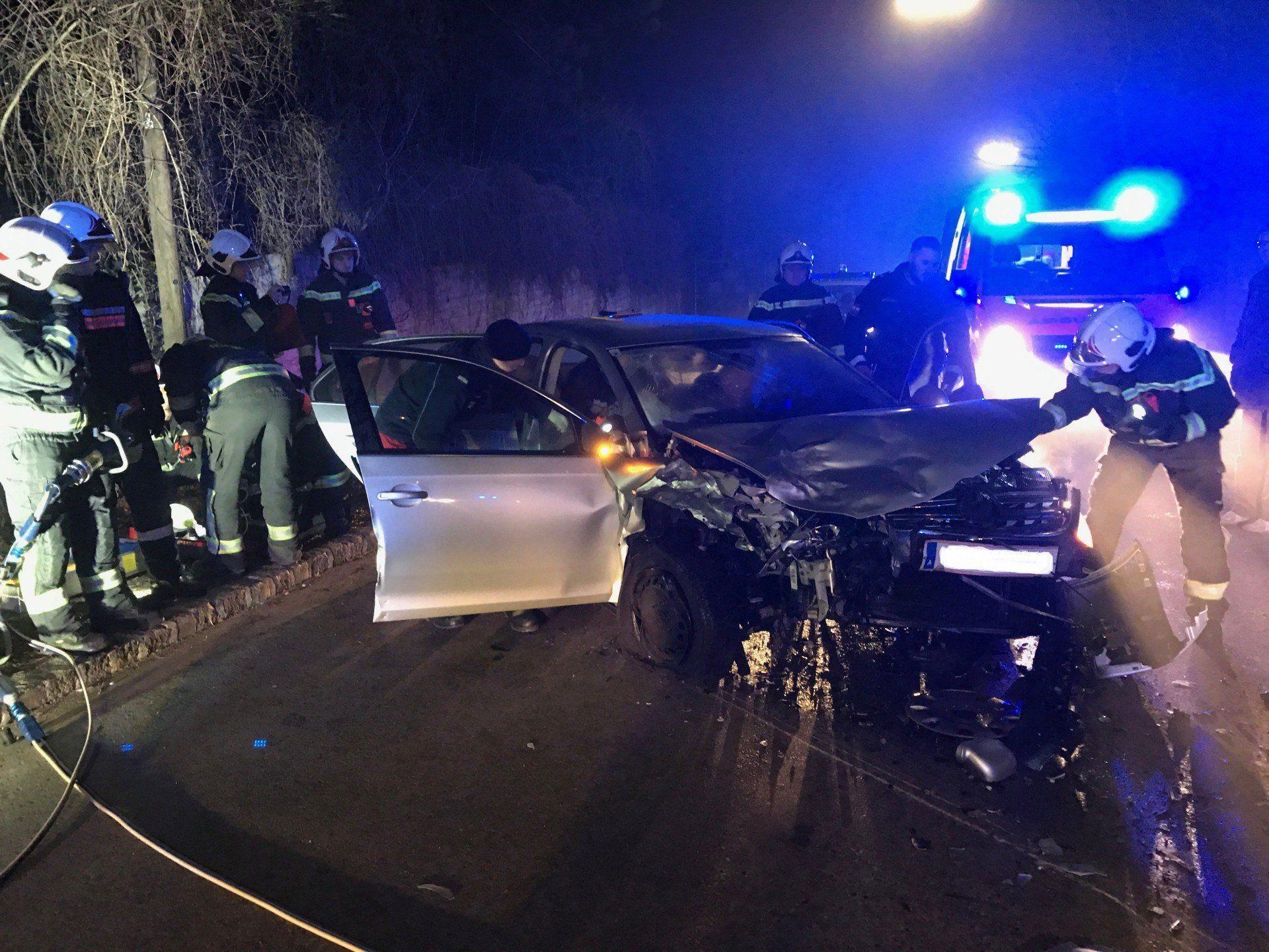 Die Fahrzeuge wurden bei dem Unfall in Wien-Ottakring stark beschädigt.