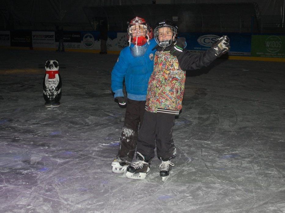 Zahlreiche Besucher genossen die Discostimmung auf dem Eis.