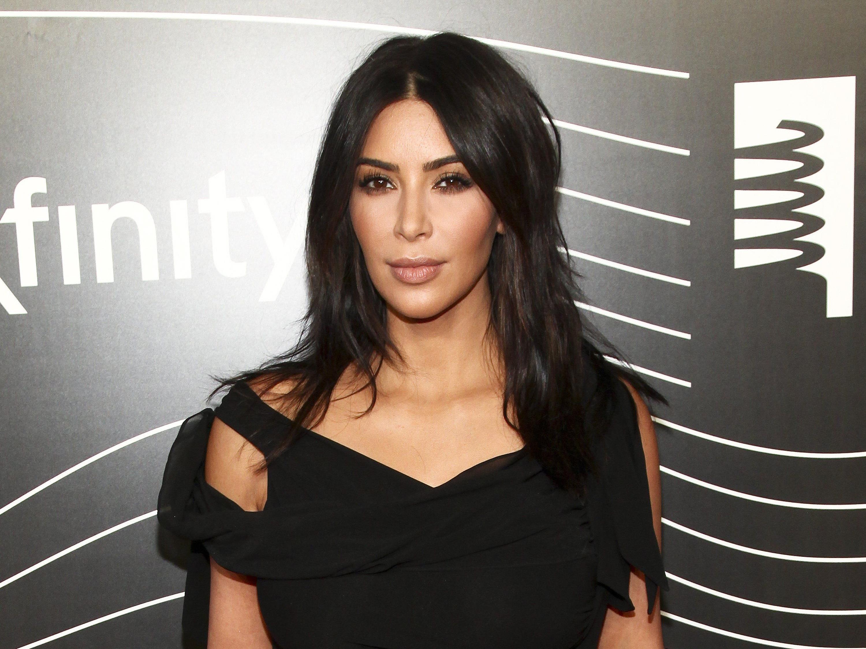 Kim Kardashian setzt auf Make-up am ganzen Körper.