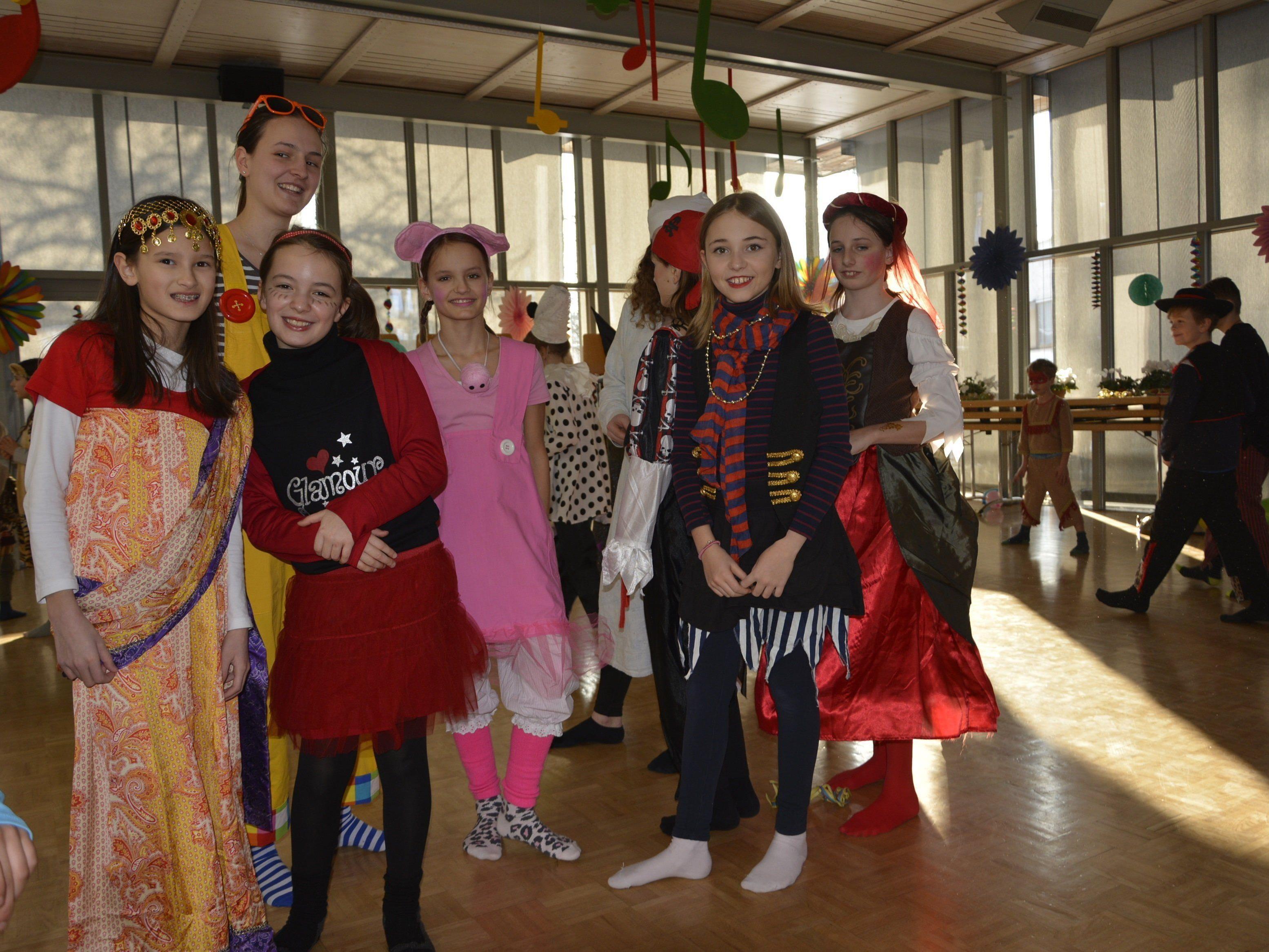 In originelle Kostüme schlüpften die Kinder für ihren Faschingsball im Pfarrheim Hatlerdorf.