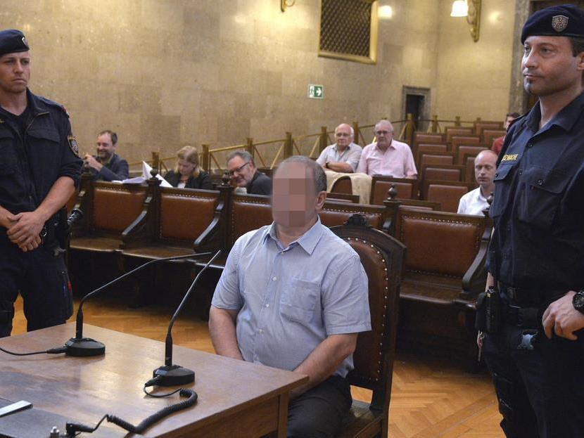Der 61-jährige Angeklagte muss sich zum zweiten Mal vor Gericht verantworten