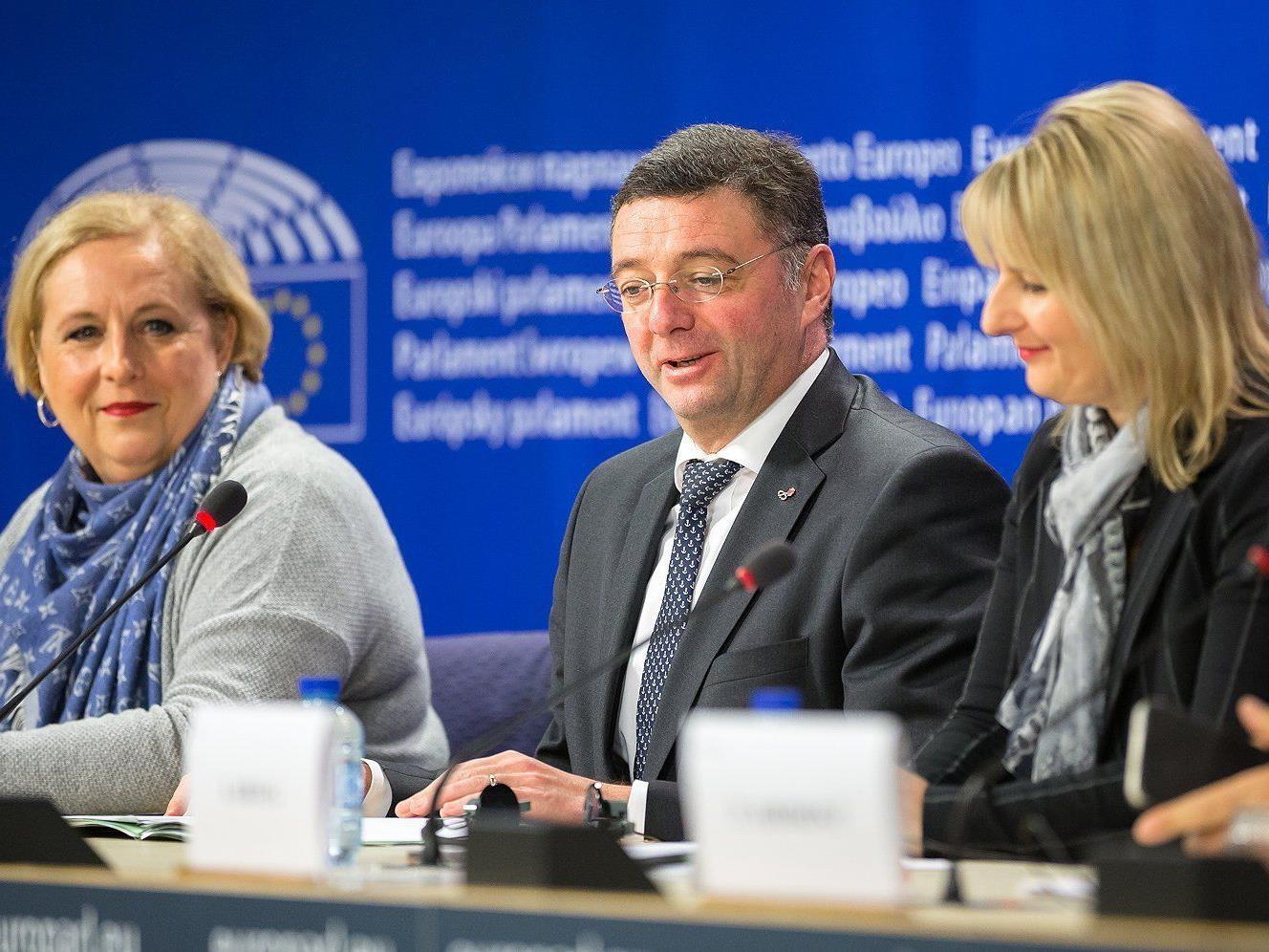 Die ÖVP-Europaabgeordnete Claudi Schmidt (L.), Verkehrsminister Jörg Leichtfried (SPÖ) und die sozialdemokratische Abgeordnete Karoline Graswander-Hainz (R.) während einer Pressekonferenz zur deutschen PKW-Maut am Mittwoch.
