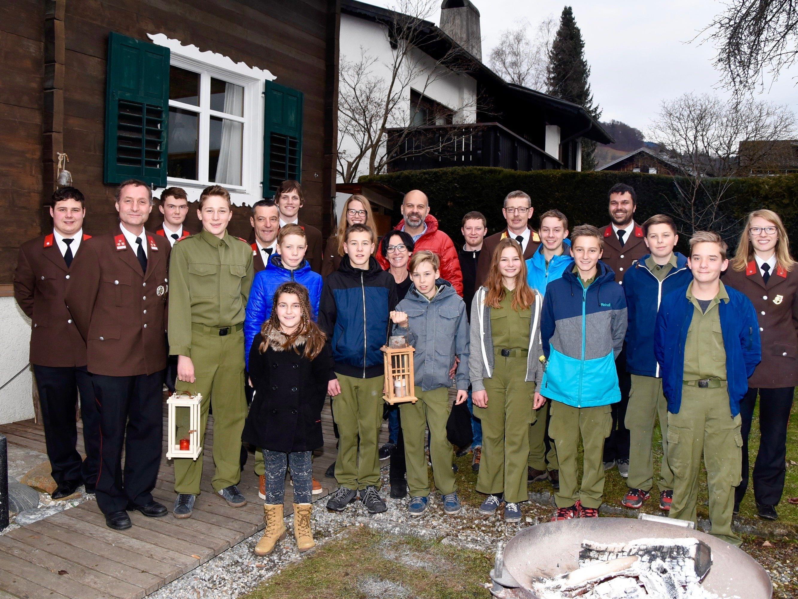 Am Nachmittag des Heiligen Abends war die Schrunser Feuerwehrjugend bei Bgm. Jürgen Kuster zu Hause eingeladen.