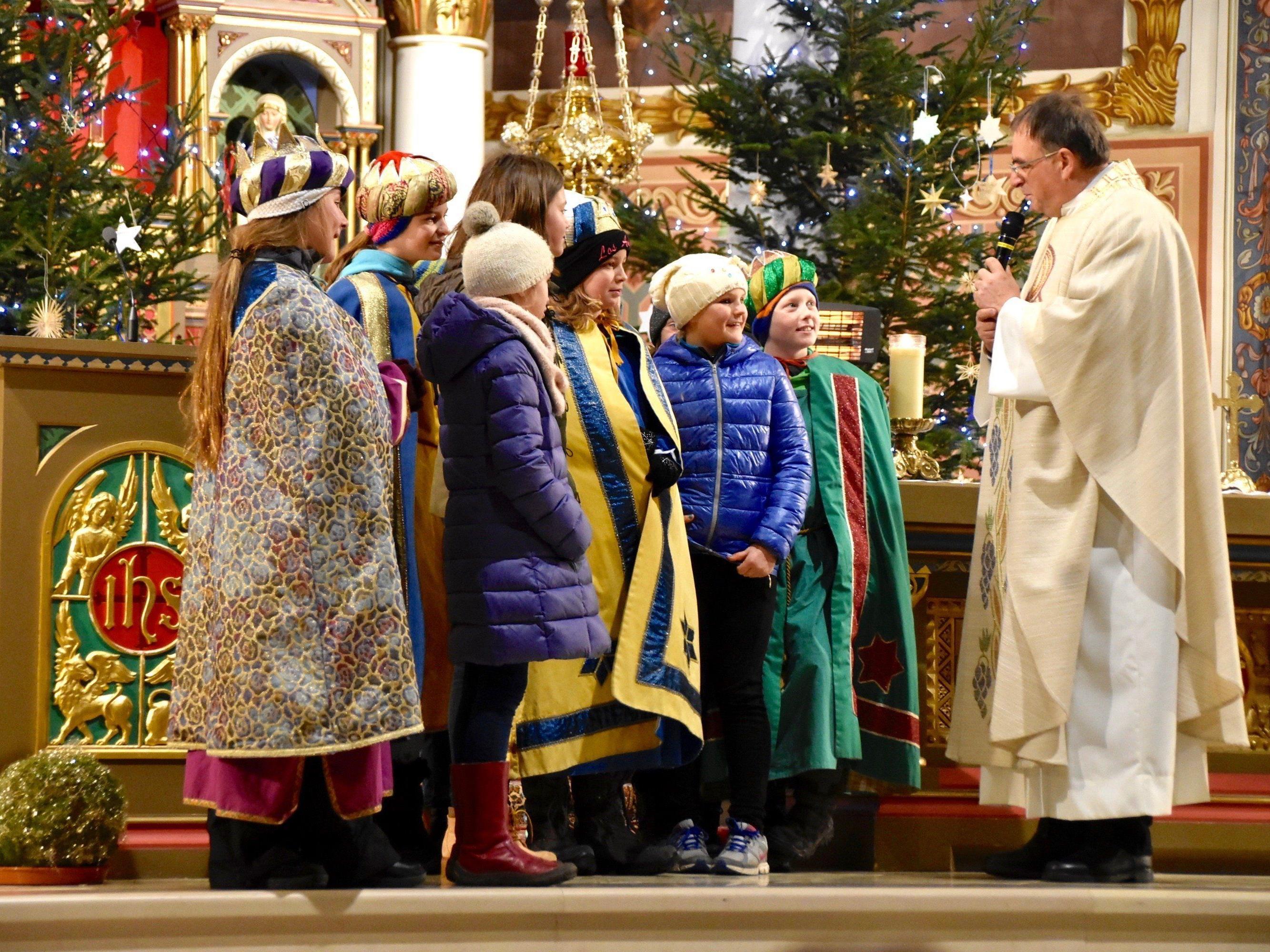 Bei der Liturgiefeier ermutigte Pfarrer Tinkhauser die Firmkandidaten, Christus in ihr Herz einzulassen und für ihn Zeugnis abzulegen.