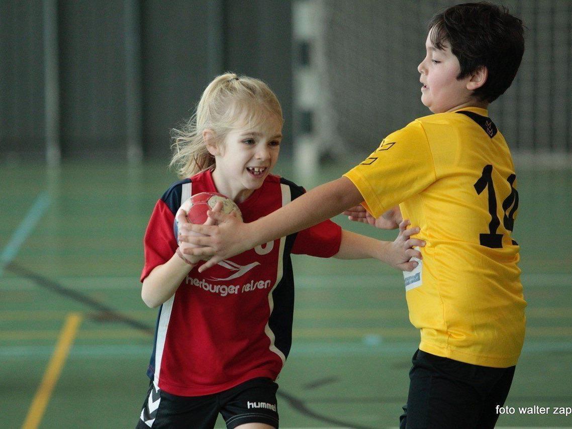 Die jungen Nachwuchshandballerinnen zeigten viel Einsatz.