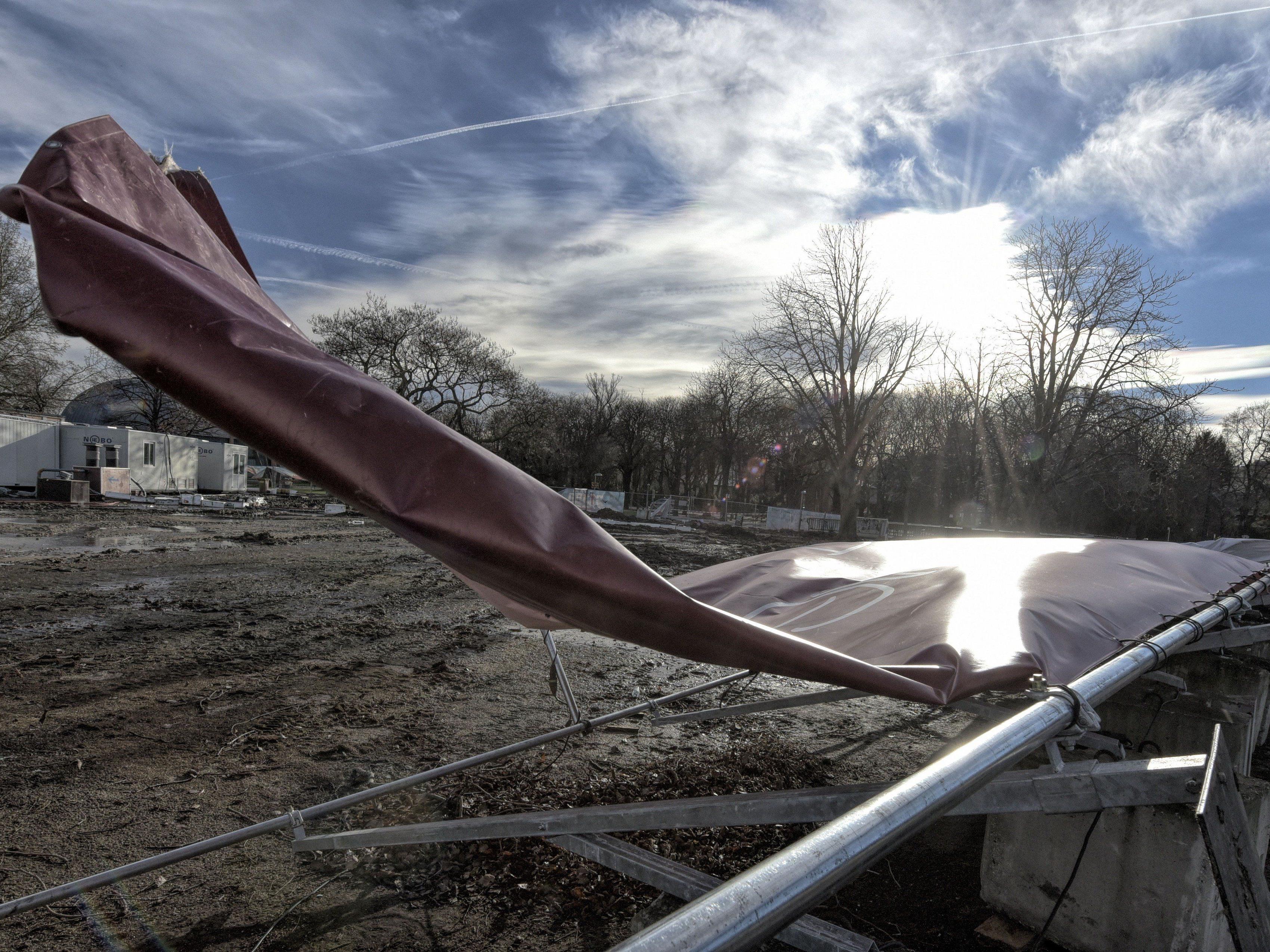 Vielfach halten Bauzäune und Co. dem derzeitigen Sturm in Wien nicht stand
