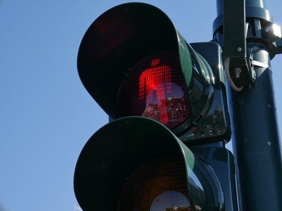 Die Frau hatte bei Rot die Straße überquert.