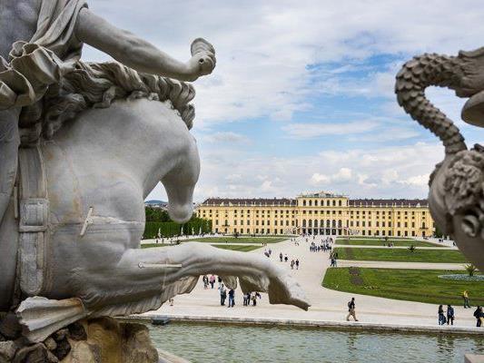 """Die Ausstellung zeigt Begegnungen mit alten Statuen """"auf Augenhöhe""""."""