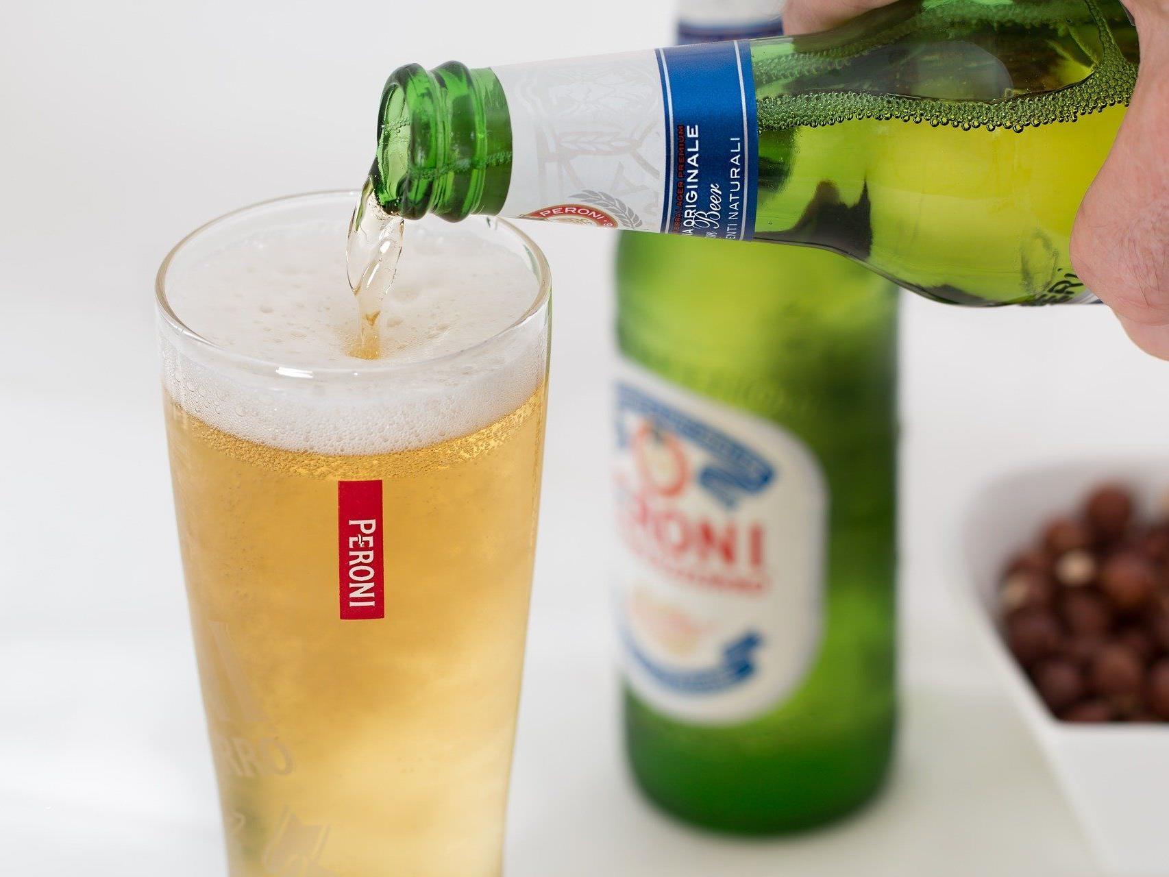 Viele bekommen Heißhunger beim Verzehr von Alkohol.