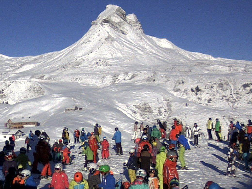 Begeisterte Wintersportler tummeln sich im Skigebiet Damüls.