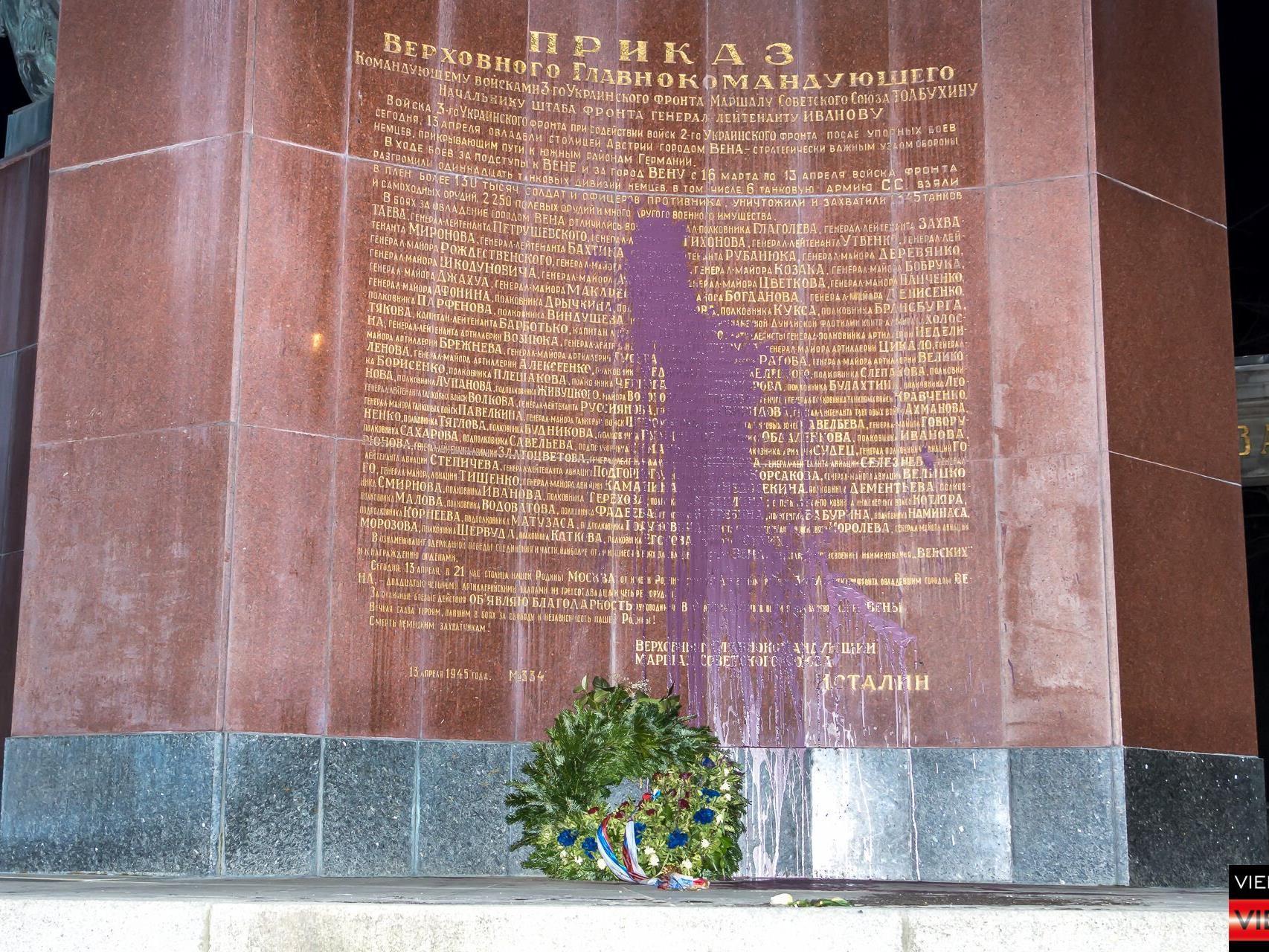 Die Farbattacke am russischen Denkmal auf dem Schwarzenbergplatz.