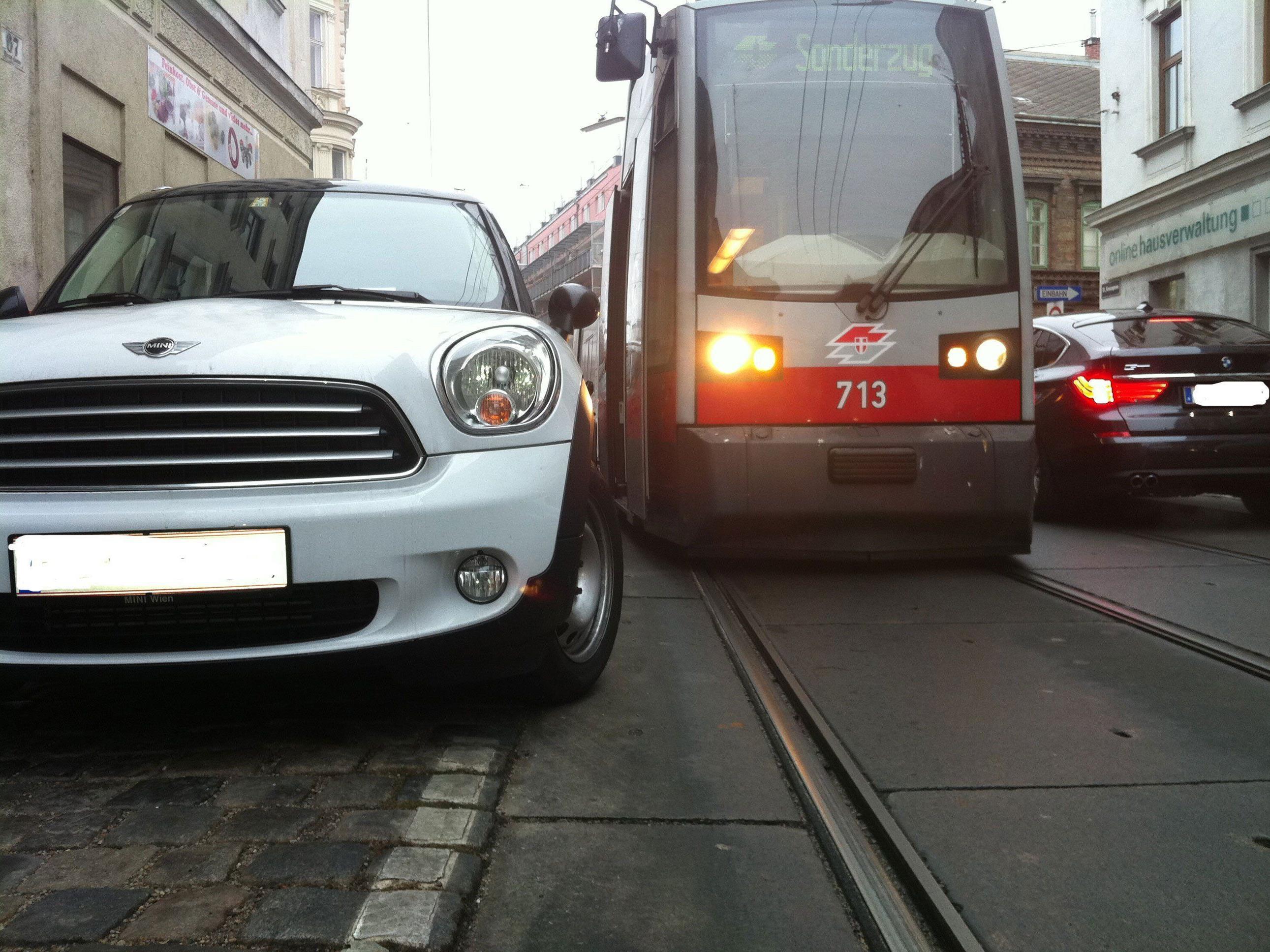Wenige Zentimeter reichen: Ein Falschparker in der Kreuzgasse hindert eine Straßenbahn an der Weiterfahrt