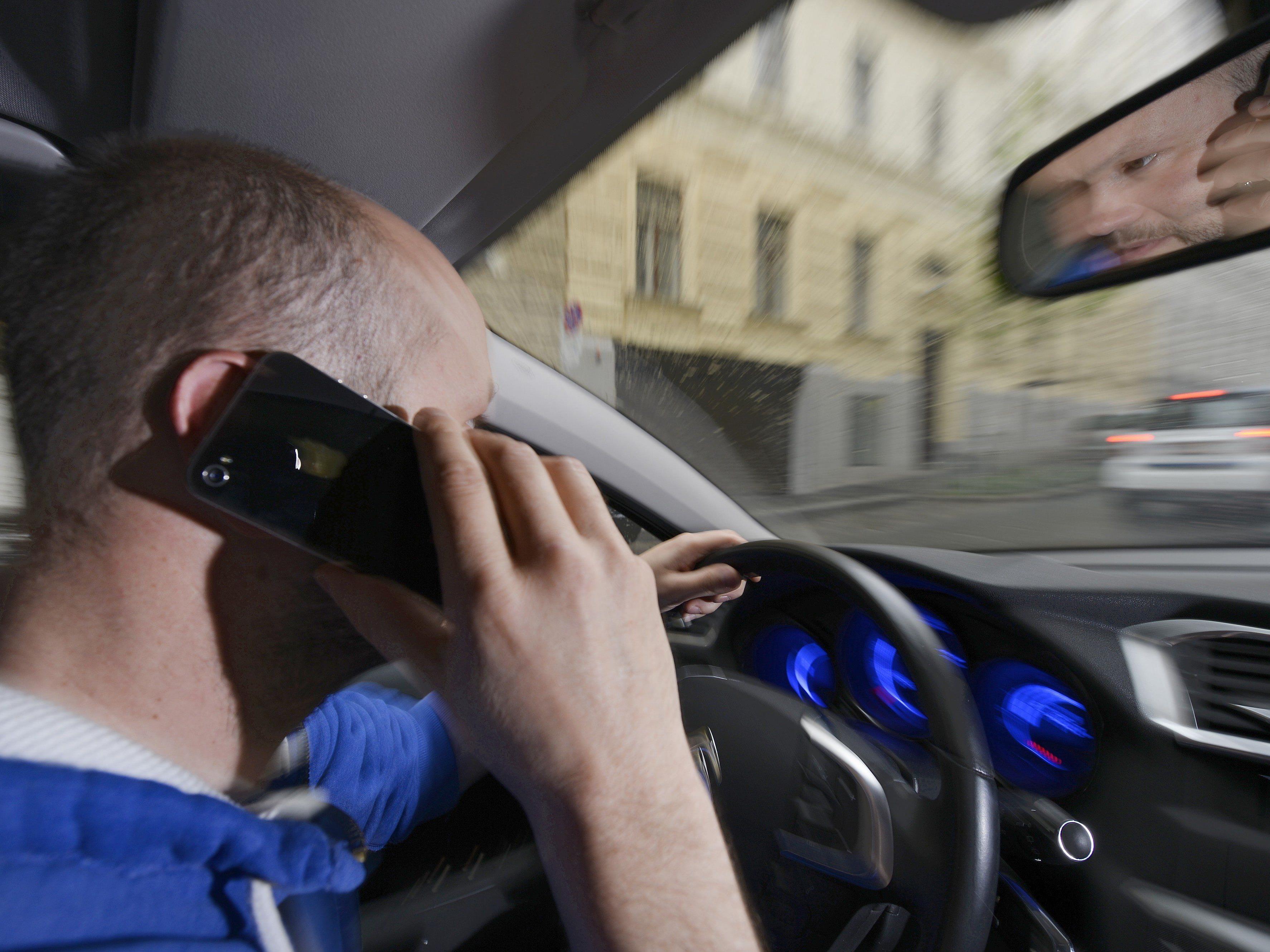 Wer das Handy am Steuer nutzt und sich nicht anschnallt, kann nun mittels Radarfoto gestraft werden
