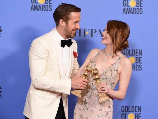 Ryan Gosling und Emma Stone freuen sich über ihre Globes.