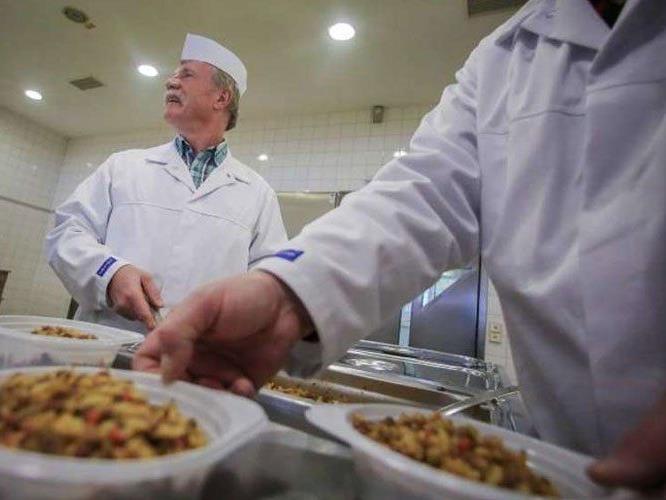 Weitere Lokale haben angefangen, Essen an Obdachlose zu verteilen.