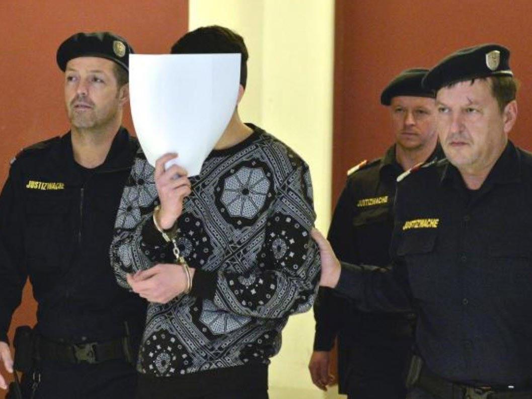 Einer der Angeklagten beim Prozess um die Vergewaltigung am Praterstern