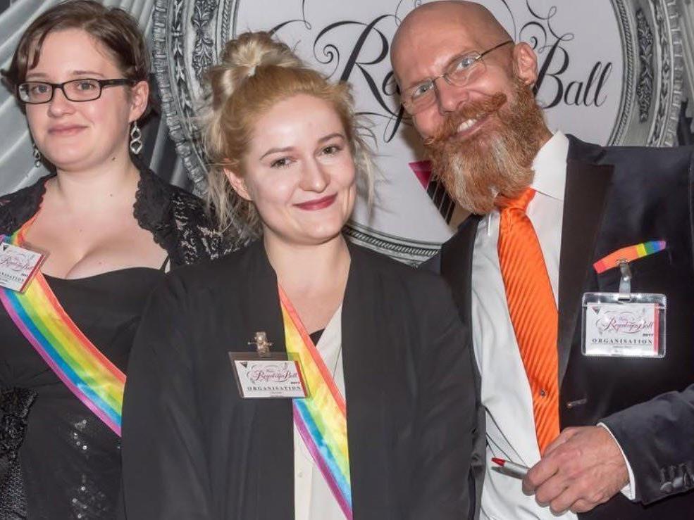 Besucher beim 20. Wiener Regenbogenball