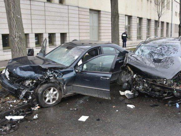 Die beiden Unfallautos in Landstraße