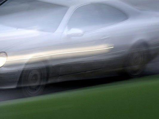 Ein 14-Jähriger raste in einem gestohlenen Pkw der Polizei davon