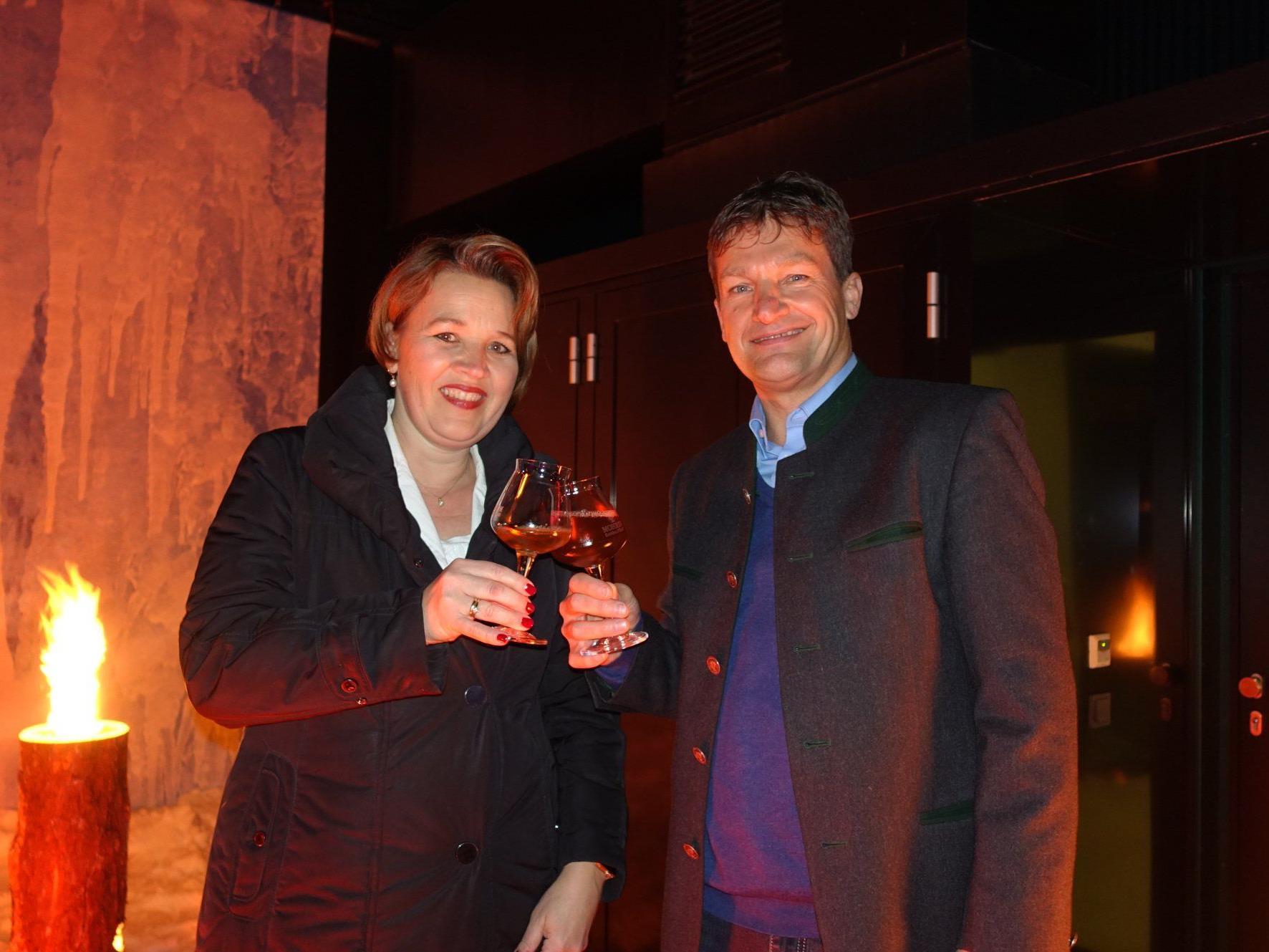 Die Dornbirner Bürgermeisterin Andrea Kaufmann nach dem Eisbock Anstich mit Mohren Geschäftsführer Heinz Huber.