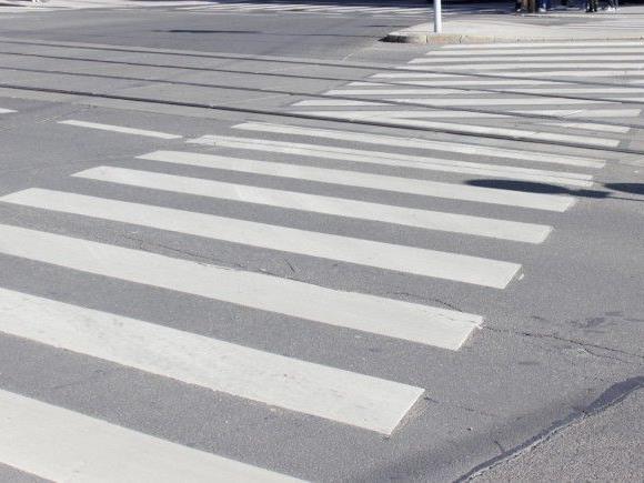 Das 11-jährige Mädchen ging bei Rotlicht über den Schutzweg.