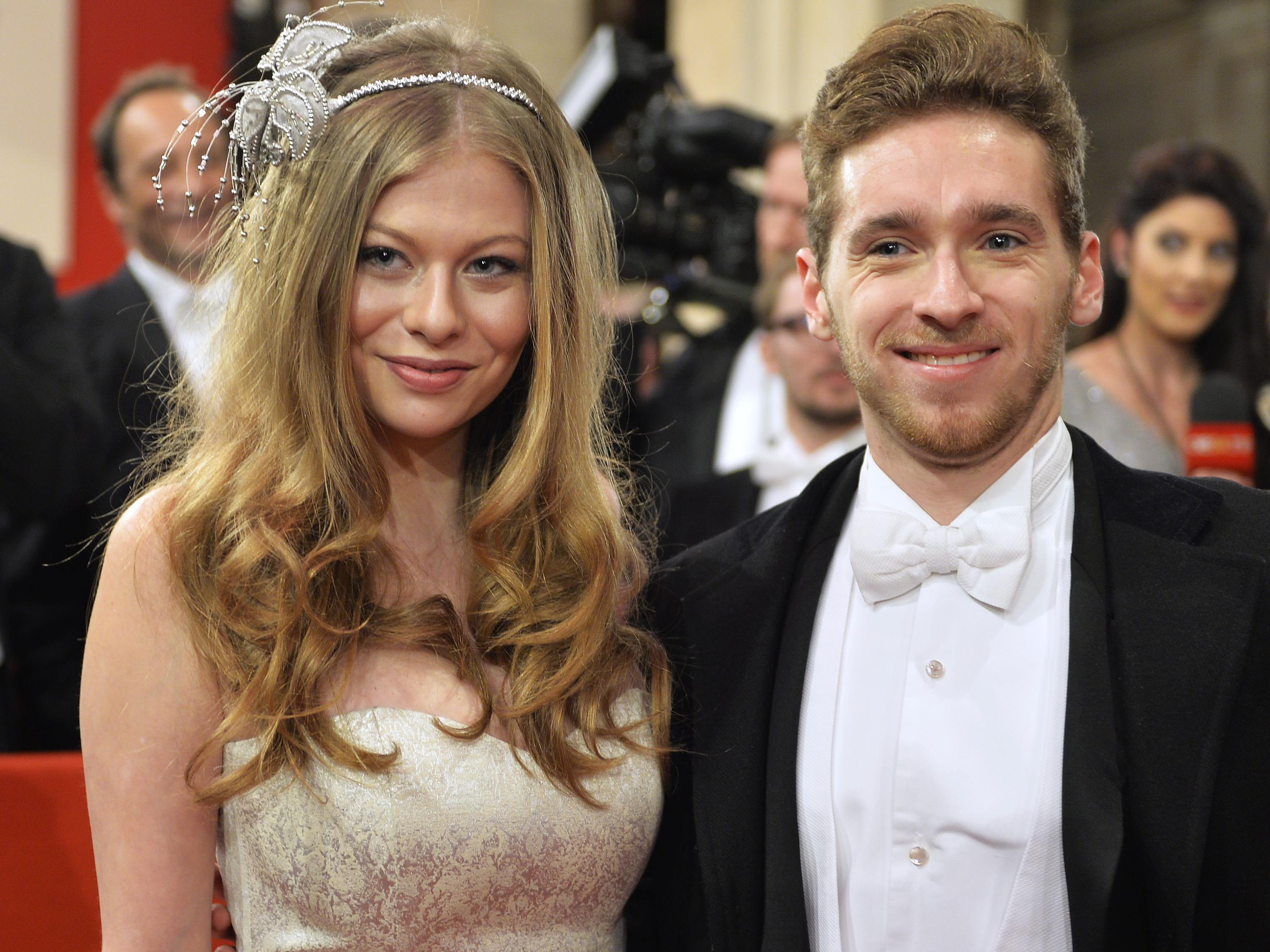 Sängerin Zoe Straub und Sänger Nathan Trent auf dem Red Carpet beim Wiener Opernball 2017.
