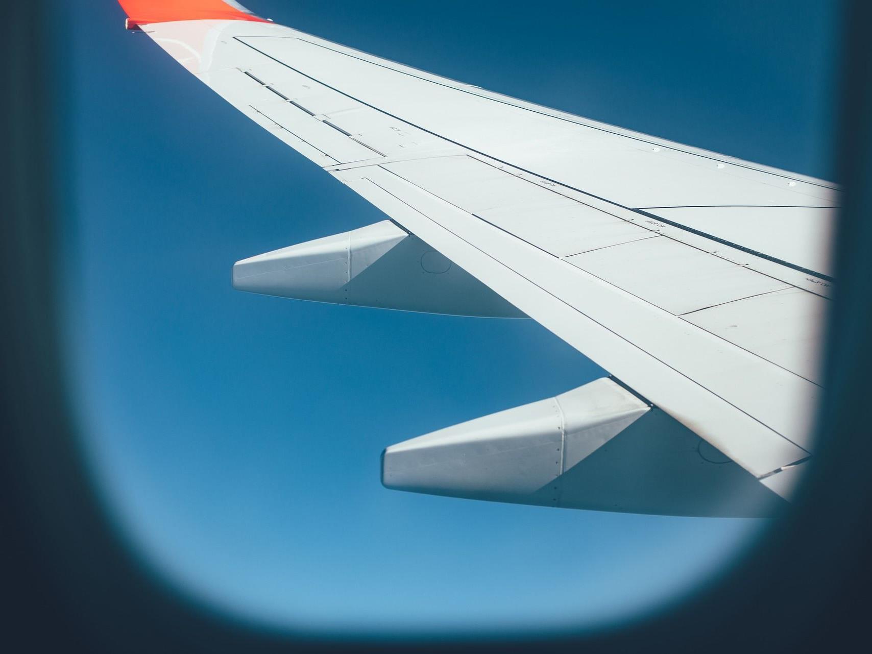 Aus Sicherheitsgründen sind Flugzeugfenster nie eckig.
