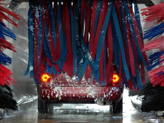 Um Rost und Lackschäden zu vermeiden, sollte man schon jetzt sein Auto waschen.
