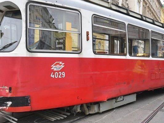 Ein Mann wurde in Wien von einer Straßenbahn erfasst und lebensgefährlich verletzt