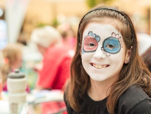 Kinderschminken ist eines der vielen Highlights beim Faschingszirkus im huma eleven.