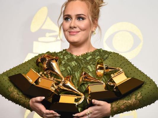 Adele konnte gleich fünf der begehrten Preise mit nach Hause nehmen.