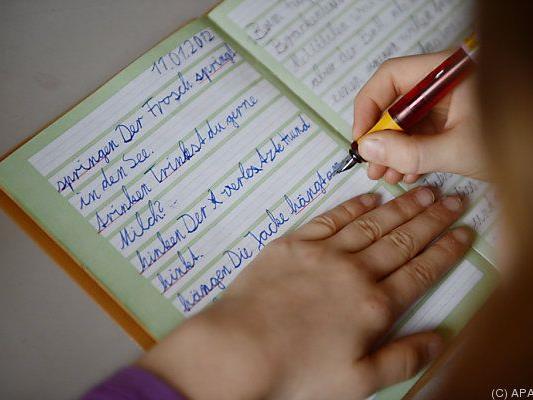 Die Caritas unterstützt Kinder beim Lernen.