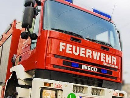 Brand in Wohnblock in NÖ: Drei Personen ins Spital gebracht.