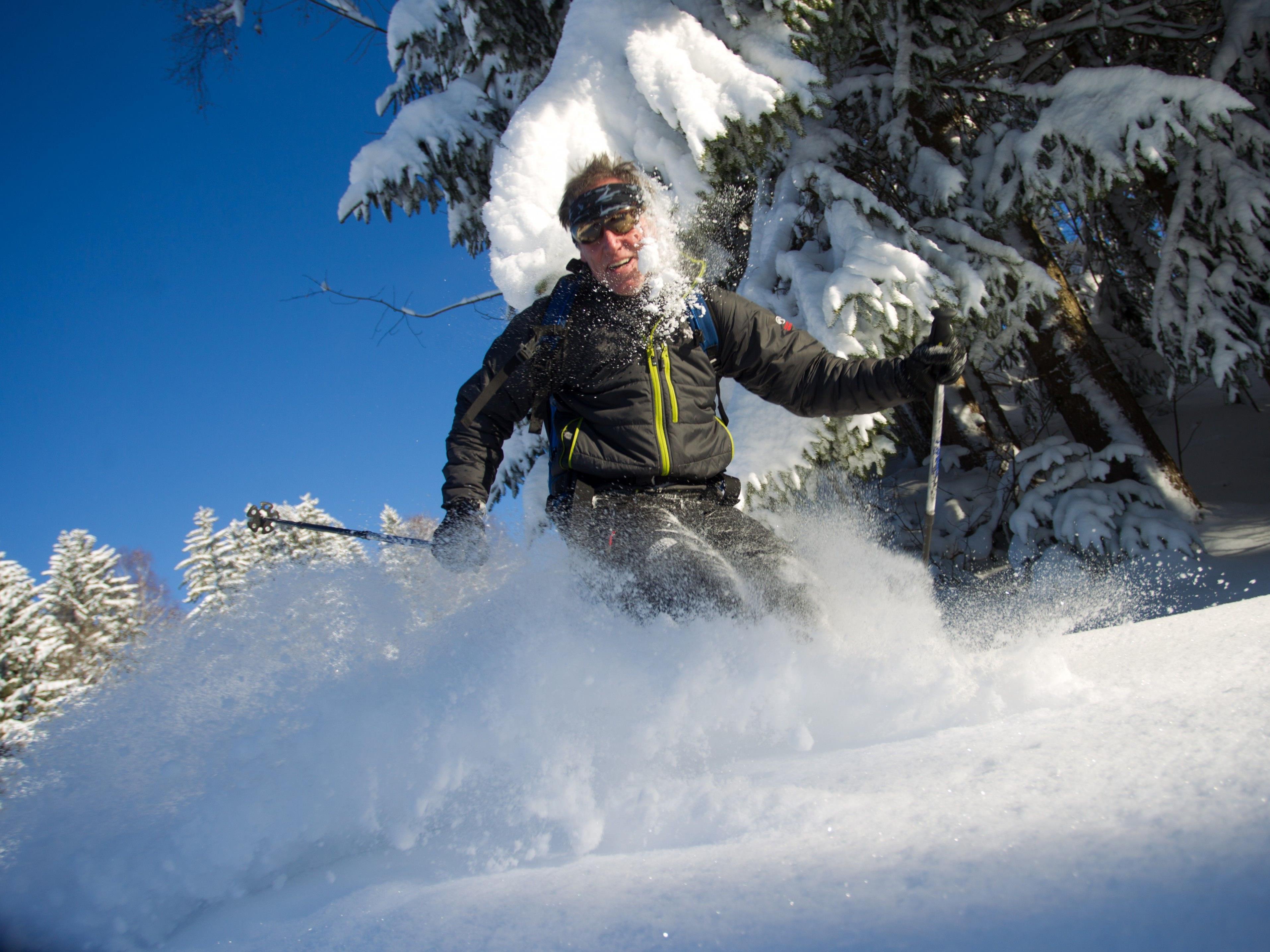 Wenn keine Betretungs- oder Befahrungsverbote gelten, ist Skifahren im Wald grundsätzlich erlaubt.