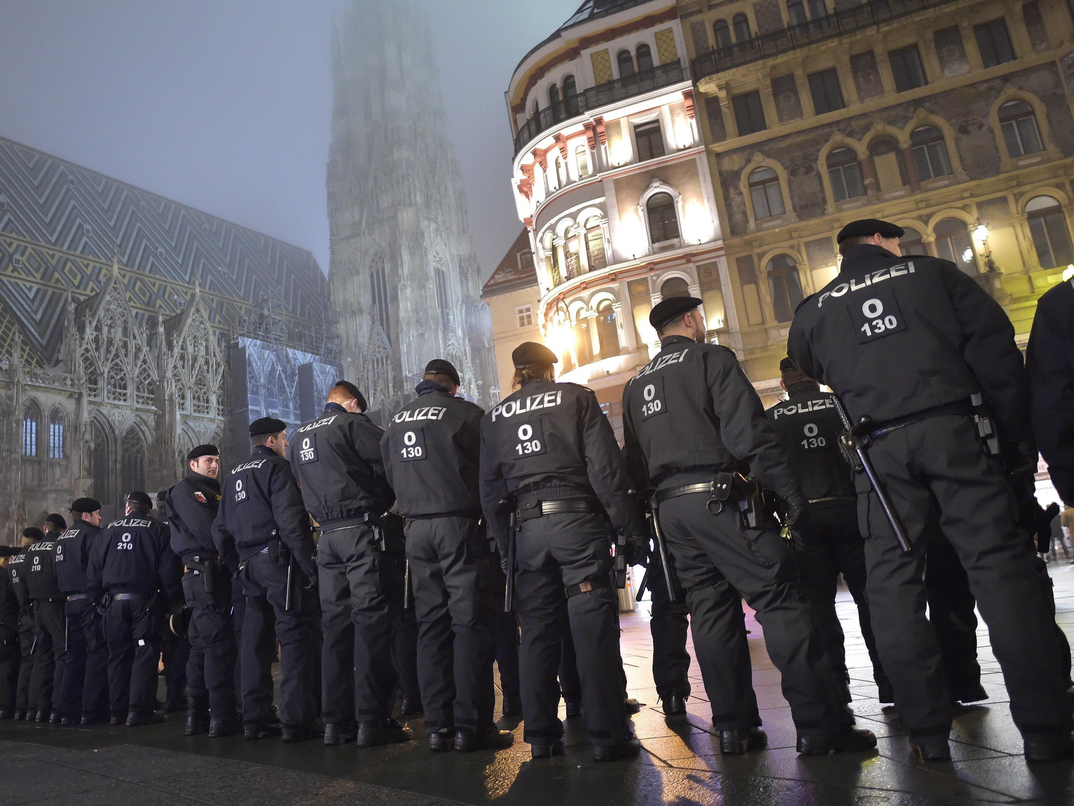 Polizisten während der Demonstration am Stephansplatz, wo diese friedlich endete