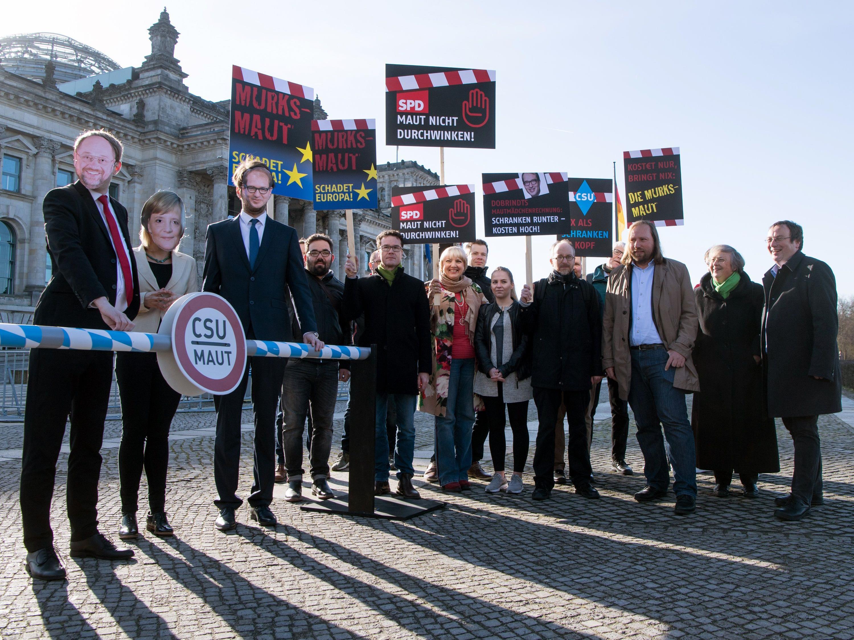 Der deutsche Bundestag hat heute, mit den Stimmen der großen Koalition, die Einführung einer Pkw-Maut beschlossen. Und das trotz heftigem Widerstand von Experten und die Opposition.