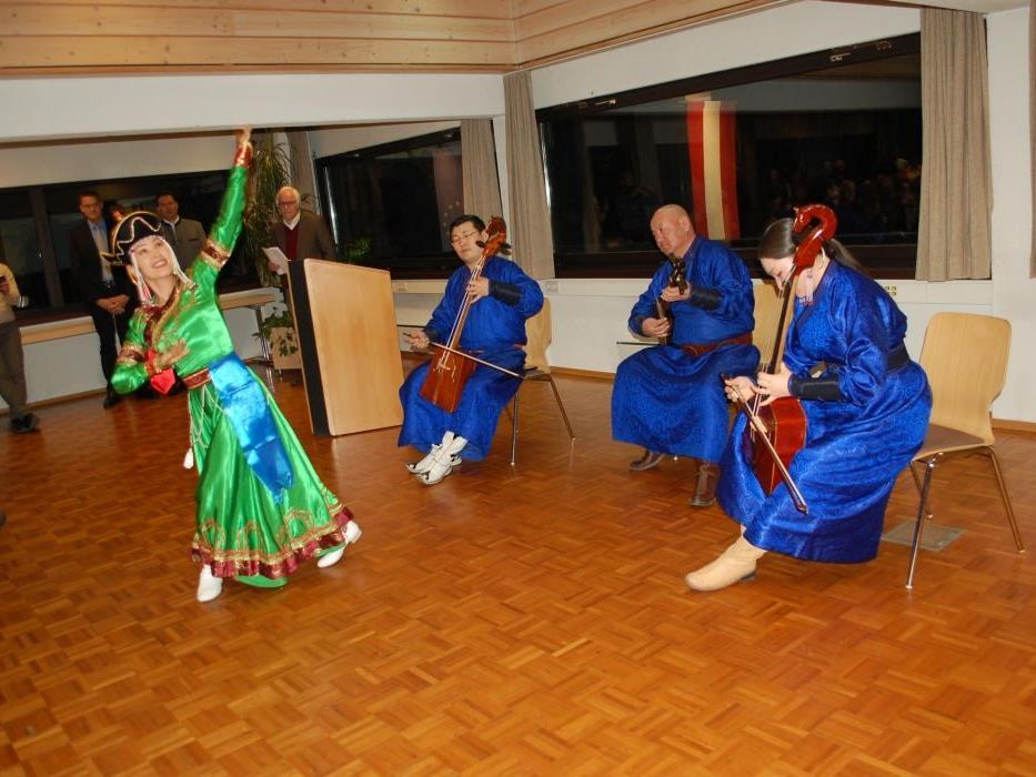 """Für beste Unterhaltung sorgten die """"Khuk Mongol"""" und die Tänzerin."""