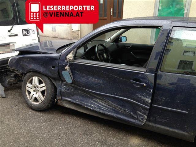 Der PKW wurde beim Zusammenstoß mit dem Taxi stark beschädigt.