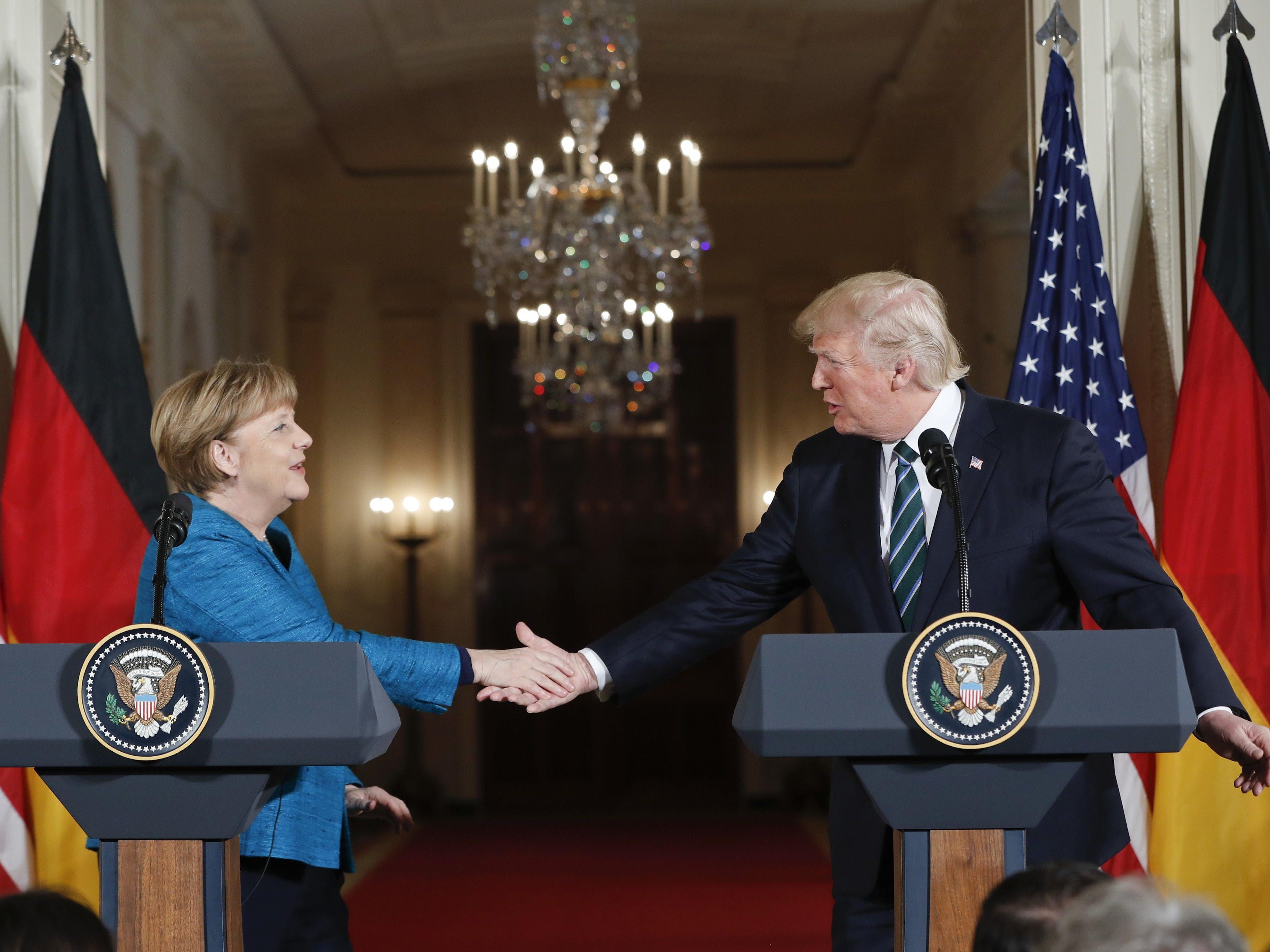 US-Präsident Donald Trump hat beim Besuch von Bundeskanzlerin Angela Merkel seine harte Linie in Fragen der Einwanderung unterstrichen.
