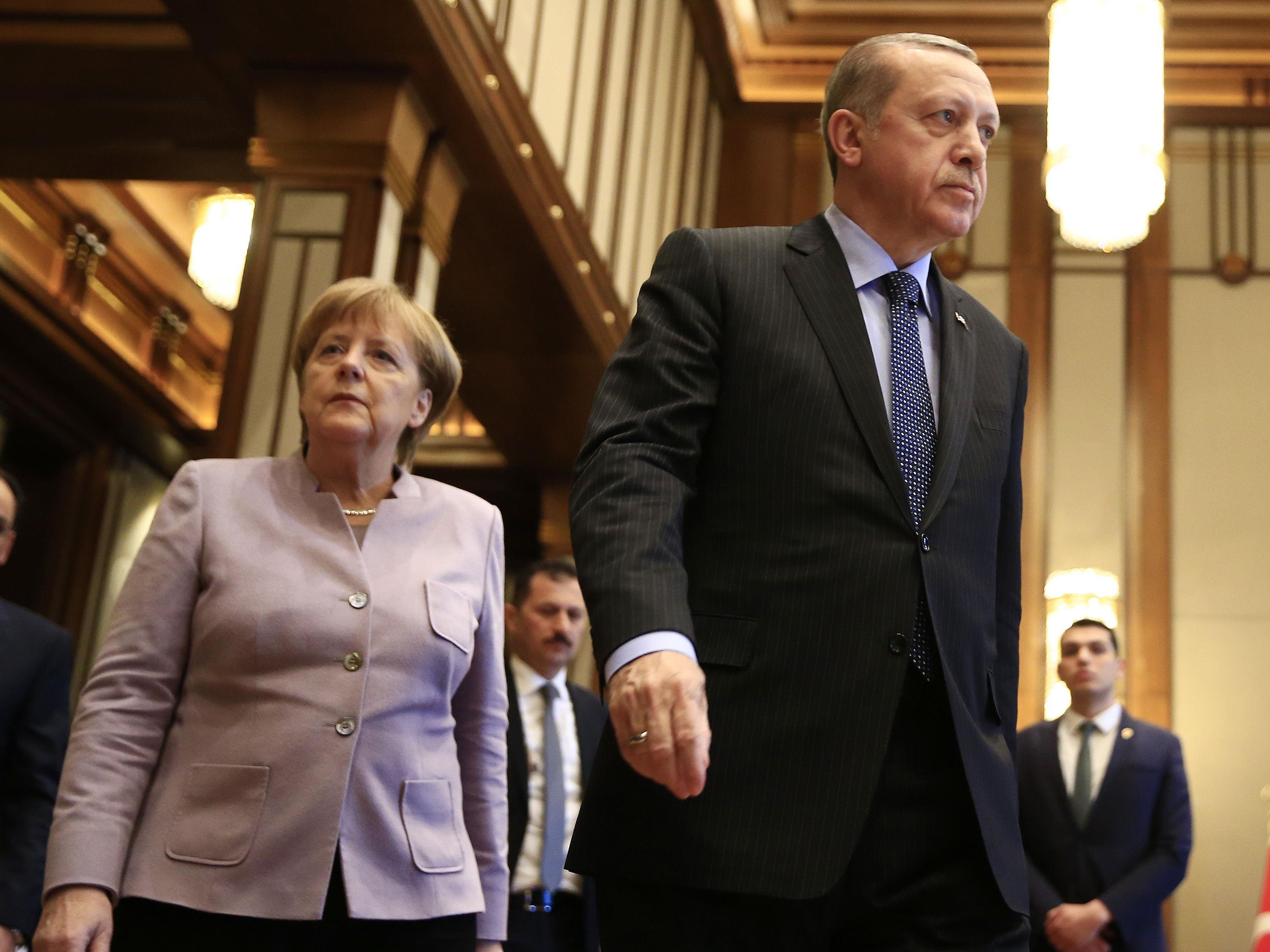 Zu Wochenbeginn hatte Präsident Recep Tayyip Erdogan die deutsche Bundeskanzlerin Angela Merkel direkt persönlich angegriffen und ihr vorgeworfen, Terroristen zu unterstützen.